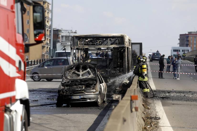 Il incendie un car scolaire pour